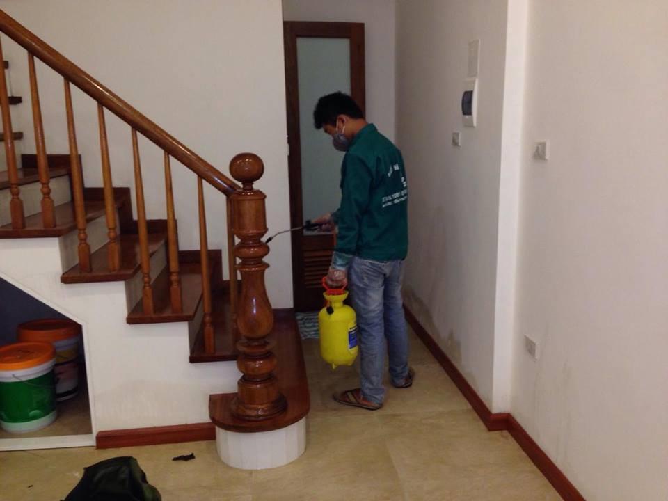 Công nhân tiến hành diệt côn trùng trong nhà